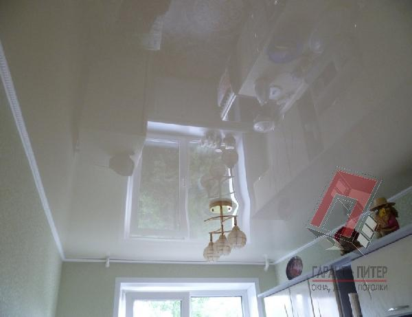 Простой глянцевый натяжной потолок на маленькую кухню