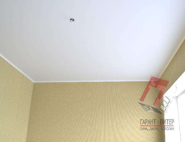 Простой натяжной потолок для спальни