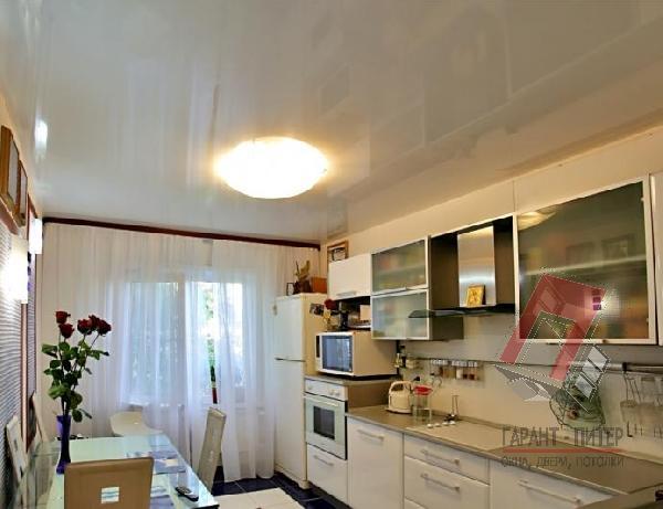 Простой натяжной потолок на кухню