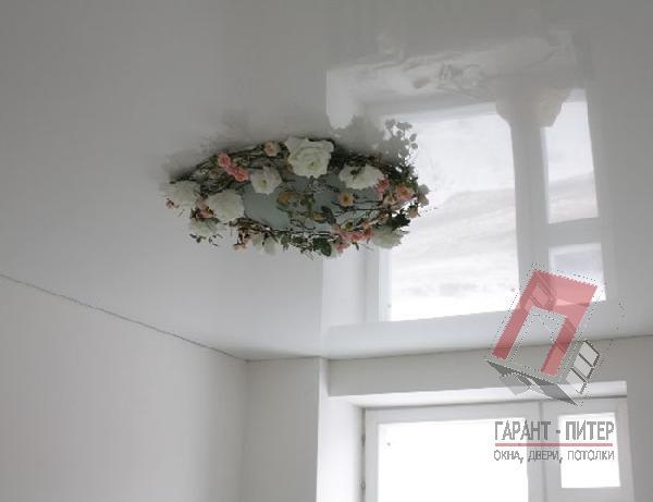 Простой глянцевый потолок в спальню